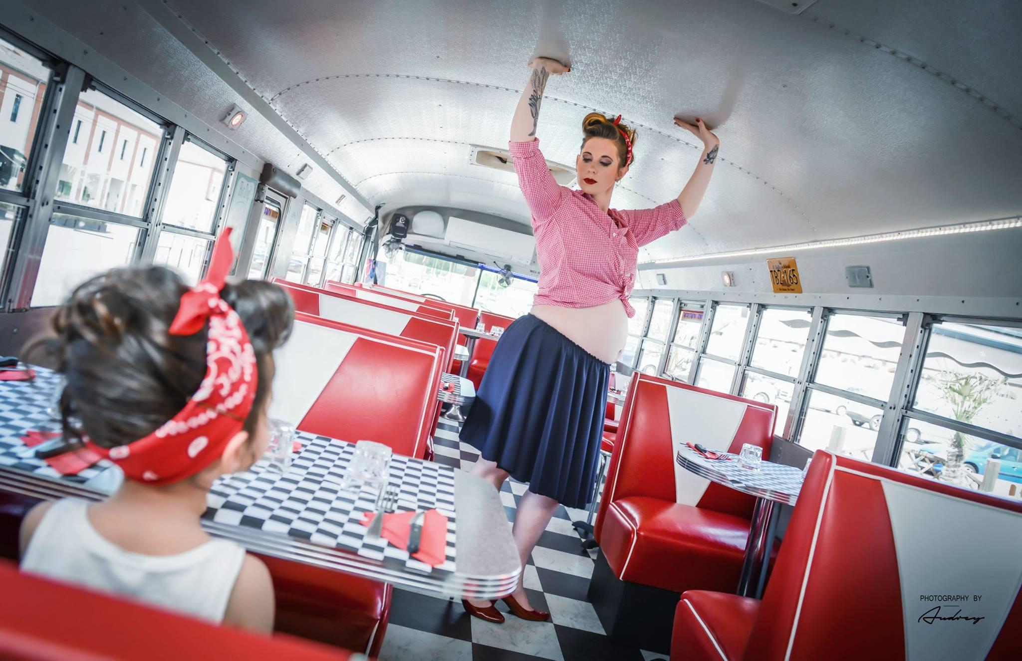 Tenue Pin Up jupe jersey marine et chemisier carreaux rouges et blancs shooting grossesse ou séance femme non enceinte